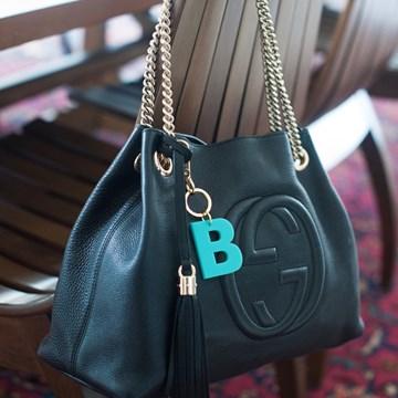 chaveiro e charm de bolsa 1 inicial azul turquesa