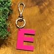 chaveiro e charm de bolsa 1 inicial bold pink