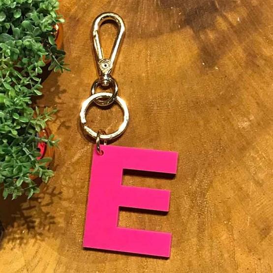 chaveiro e charm de bolsa 1 inicial pink
