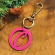 chaveiro e charm de bolsa 1 inicial redondo pink