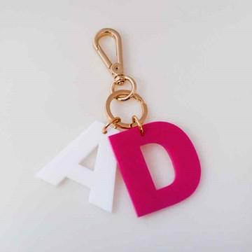 chaveiro e charm de bolsa 2 iniciais pink e branco