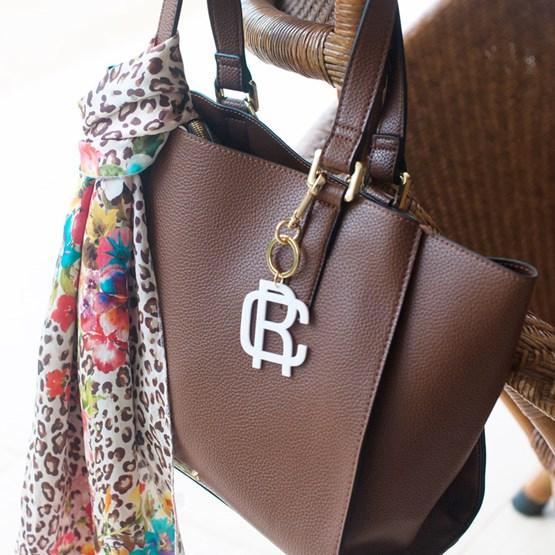 chaveiro e charm de bolsa branco - monograma moderno