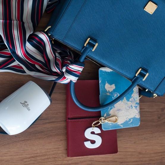 chaveiro e charm de bolsa de 1 inicial branco