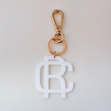 chaveiro e charm de bolsa monograma moderno branco
