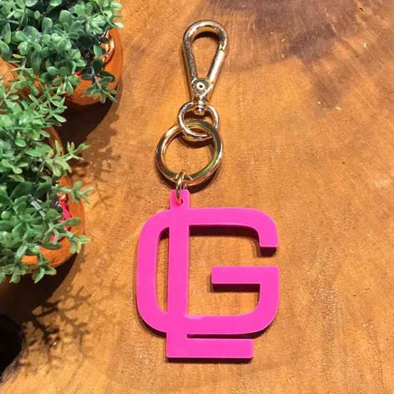 chaveiro e charm de bolsa pink - monograma moderno