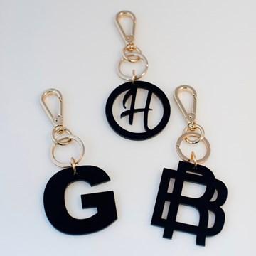 chaveiro e charm de bolsa preto - monograma moderno