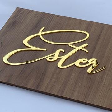 quadro com nome em acrílico dourado